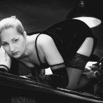 Zwart wit fotografie naakt met titel: Barmaid