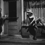 Zwart wit fotografie naakt met titel: Cafe de Witte Raaf
