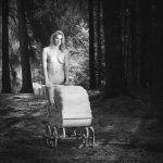 Zwart wit fotografie naakt met titel: New-Life